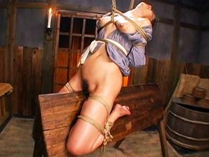 【友田真希】緊縛され三角木馬の角とマンコで体重を支え痛みに耐えながらも悶える巨乳熟女