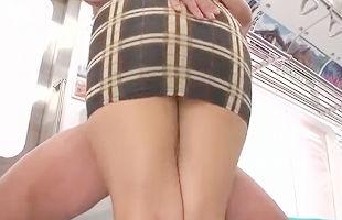 タイトミニスカート痴女が男を誘惑、ムチムチの太ももの間に肉棒を挟む腿コキ! 【tube8】