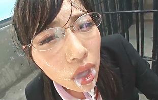 【市川まさみ】 メガネをかけた綺麗なお姉さんが初めてのイラマチオ奉仕に挑戦! リクルートスーツと可愛い顔が唾液とザーメンまみれに!! 【tube8】