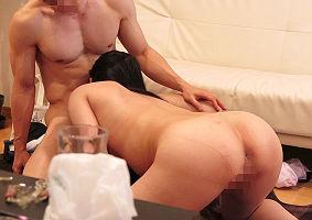 ジムで出会ったガッチリしたトレーナー男性宅に訪問、特別レッスンという名の不倫セックスをする人妻・・・隠し撮り映像!! 【tube8】