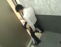 エレベーターに挟まれて身動きが取れない女子校生にバックで生チンポ挿入、激ピストン生中出し!! 【tube8】