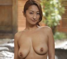 褐色肌の日焼けあとがある熟女妻が不倫温泉旅行、和室で中出しセックス! 【tube8】