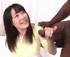 日本に住んでいる黒人男性が素人女子大生に「デカチン」のお悩み相談! 勃起チンポを見せつける!! 【tube8】