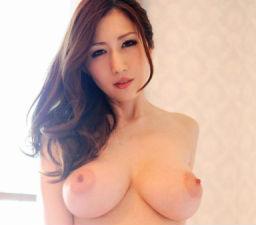 美巨乳クビレボディの綺麗なお姉さんが自慢の爆乳で男の顔面を圧迫する、3P中出しセックス!!