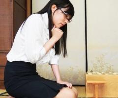 眼鏡をかけている女流棋士の激カワ巨乳美女が将〇連盟の爺さんたちと生中出しセックス!!