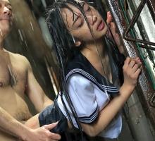 帰宅途中、ゲリラ豪雨に遭遇してしまう激カワ女子校生、そこに居合わせた鬼畜男にレ〇プされてしまう・・・