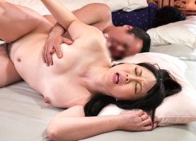 ノーブラ胸チラで夫の上司をうっかり誘惑してしまう熟女妻、夫の隣で寝取られセックス!!