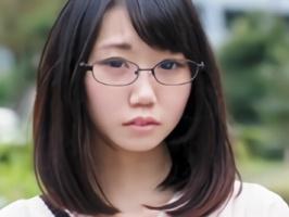 「中年のオジサンが私好きなんです・・・」 眼鏡をかけている地味っ娘が中年オヤジのねちっこい責めと激ピストンで絶叫アクメ!