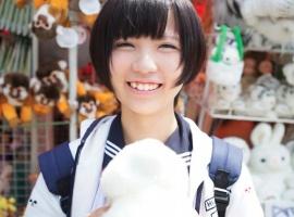 天真爛漫なショートカット激カワ女子校生と中年オヤジがイチャラブセックス!!