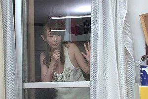 浮気をしていた女性が突然追い出され、裸同然でベランダ伝いに自分の部屋に逃げてきた・・・!!