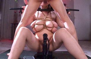むっちり豊満爆乳美女を鉄枷に完全固定して強制イラマチオ奉仕をさせる!!