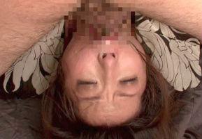 美女の喉奥にデカチンをぶち込み激ピストンイラマチオ! 射精されたザーメンは一滴残らずごっくんさせる!!