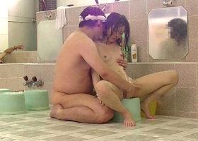 銭湯の男湯に入ってきた幼い女の子に性的イタズラ・・・早熟なワレメに生チンポをぶち込む変態ロ〇コンオヤジ