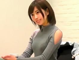 ショートカット激カワ美女がAVデビュー! スレンダー美ボディをクネらせながら絶頂する3Pセックス!!