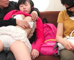 帰りの電車の車内で父親に性的イタズラをされる幼い女の子、未熟なワレメに肉棒をぶち込まれる・・・