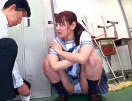 可愛い顔して小悪魔ビッチの女子校生がクラスメイトの男子をパンチラで誘惑、その場でフェラチオ!