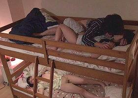 「お姉ちゃんにバレちゃうよ・・・」両親には言えない禁断性交、2段ベッドで何度もチンポをハメまくる兄妹!!