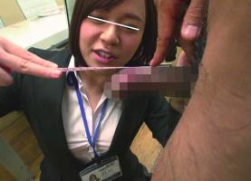 AVメーカーに勤める女性社員が男優のデカチンの長さを計測、ついでに手コキ抜きしちゃう!!