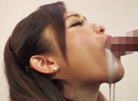 淫乱痴女がデカチンを喉奥まで咥えこみ、卑猥な音をたてながらのバキュームフェラで精子を搾り取る!!
