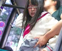 眼鏡をかけたセーラ服JKをチカン! バスから連れ出してヤリ部屋に連れて行き、複数の男たちに激ピストンで犯される!!