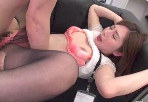 下着メーカーに勤める美人女性社員が同僚の男性を誘惑、生ハメ中出しセックス!