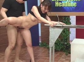 番組の放送中、常にチンポをハメられながらニュースをお送りする美人女子アナウンサー!
