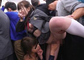 学校へ行く途中のJKをチカンする男女2人組! 男性にチンポをハメられ、女性にもレズられるJKをご覧ください!