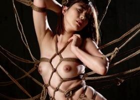 罠にハメられてしまうスレンダー美女、麻縄で肉体を縛られる緊縛調教で快楽堕ち!