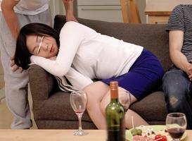 母親の友人をクスリで眠らせ、意識がないところで生チンポをぶち込み中出しレ〇プする息子