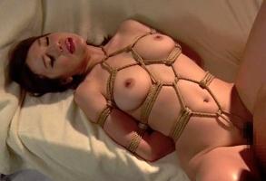 新たな刺激が欲しいと縄で縛られる美人妻、肉体を拘束されての調教セックスで快楽に溺れる・・・