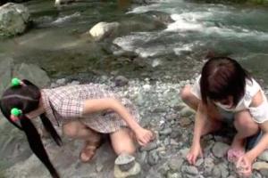 田舎の川辺で遊んでいた幼い少女2人に性的イタズラをする鬼畜男、生ハメ中出しレ〇プ!