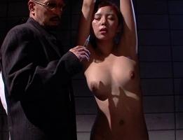 悪の組織に潜入するも捕まってしまう美人女捜査官、媚薬を大量投与されて従順な肉奴隷に堕ちる・・・