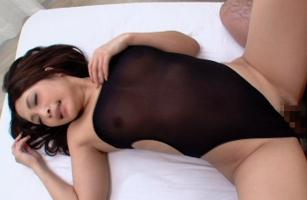 カラダのラインがくっきりと丸見えになるレオタードコスプレで完全着衣セックス!