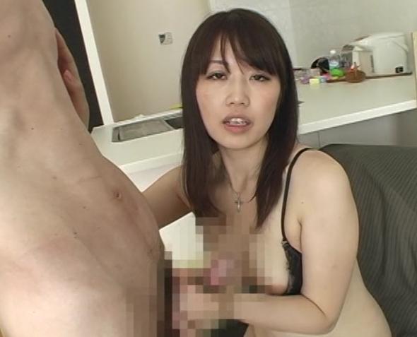 4人の熟女が乳首舐め手コキ