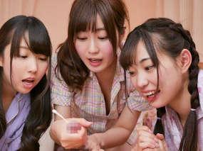 パジャマ娘3人に見つめれてチクビいじり手コキ責め!最高の朝を迎えよう。