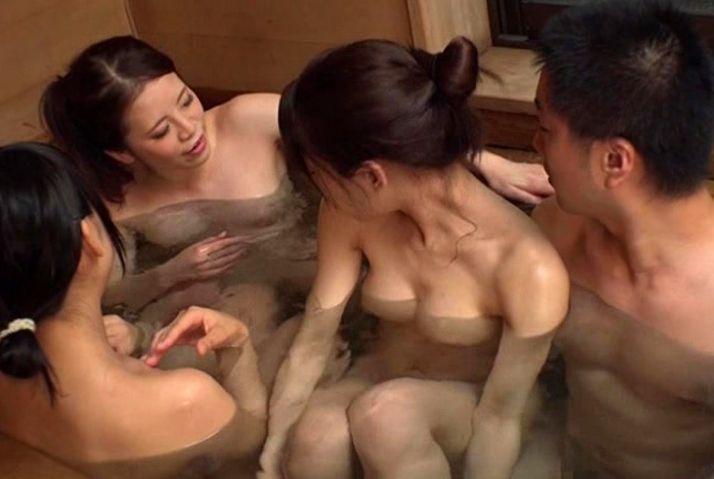 従姉妹たちの無防備なミニスカパンチラ。「お兄ちゃん一緒にお風呂入ろう!」誘われて勃起してるのバレちゃうよ。||