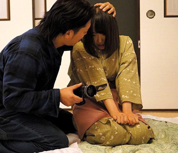 仕事の不手際で上司に叱られている彼女を目撃。バレないようにその姿を撮影していると、誰も居ない部屋で2人は性行為を始める。月本愛