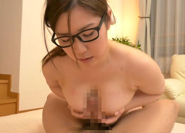 稼いだお金で大好きなアニメDVDを買いたいらしい。そんな理由で裸を晒すオタクな奥さんは旦那とのセックスとは別にオナニーも週二回するほど性欲旺盛。