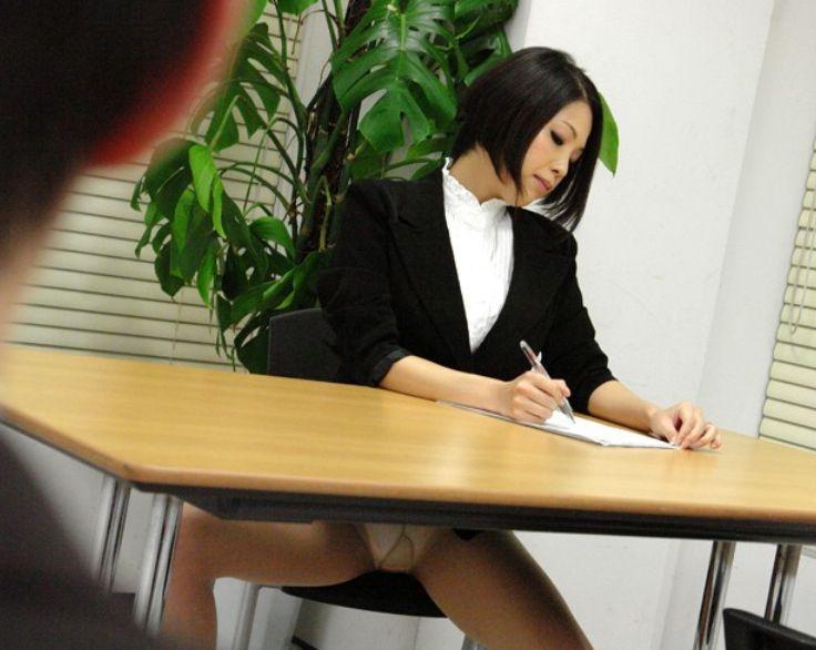 仕事中の若妻OLもはスケベな香りをパンティから解き放ち、いつでも誘惑してるんです。小川奈々