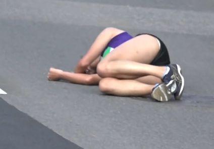 女子大生陸上選手倒れ込んだらパンはみハプニング!