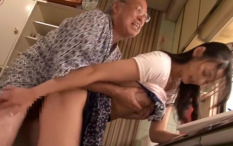 息子の嫁を寝取る絶倫じいさん||
