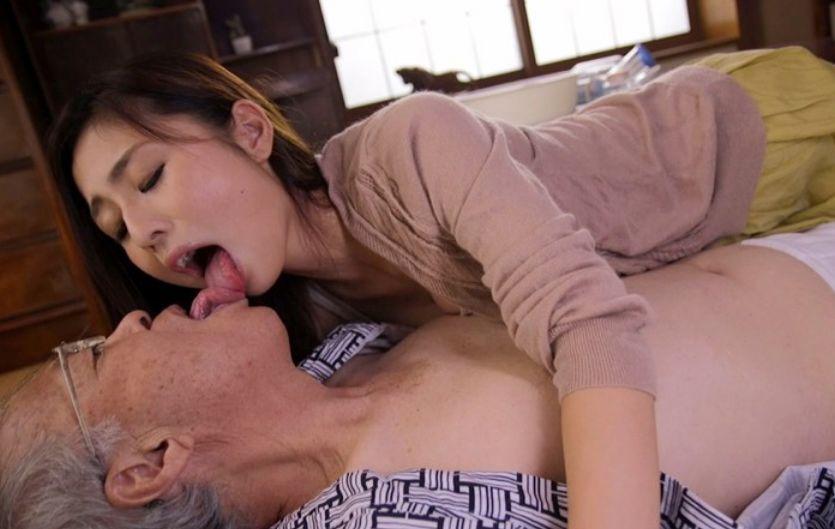 体が弱い義父を介護して暮らすのだが、次第に義父に夫の姿を重ねてしまう。前田可奈子