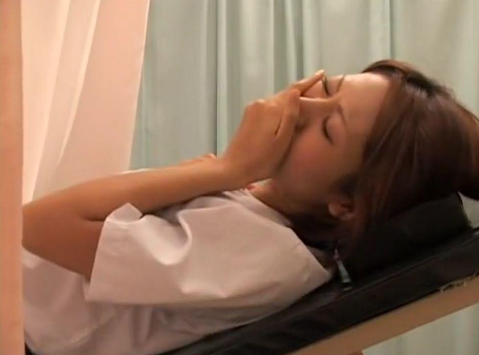 見た目が派手目の女の子が診察で指マンされて口を押さえて我慢する。