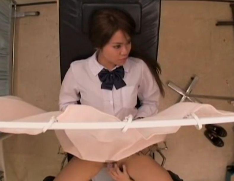 性病の定期検査に来た女の子のクリを刺激する医師
