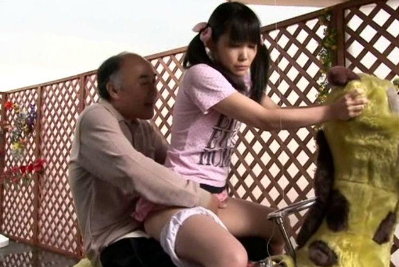 無邪気に膝の上にまたがるファザコン娘がマ○コに当たる親父の勃起チ○ポに密かに欲情!春日野結衣