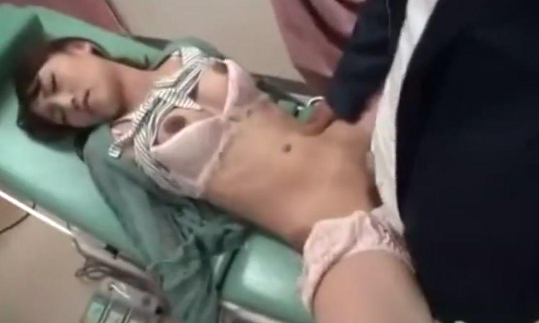 眠らせた患者を男に渡して中出しさせる医師