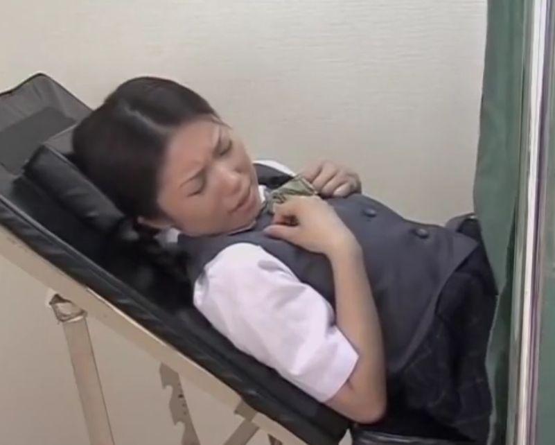 スポブラの女の子が診察で医者に中出しされちゃう
