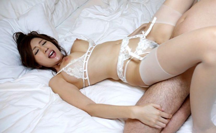 身に着けた下着に興奮しながらパンティをズラして性交を繰り返す淫らな姿をご覧下さい。JULIA