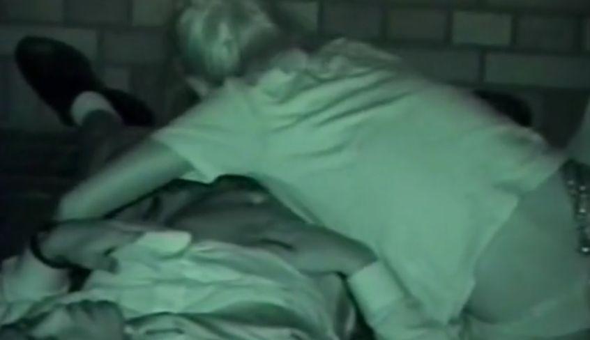 暗い野外でフェラ、手マンするカップル、女性の方が積極的