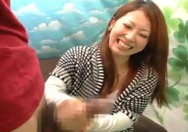 デカチンでお悩みな男性のペニちゃんを・・二十歳の学生お姉さんが手コキで射精のお手伝い!!!